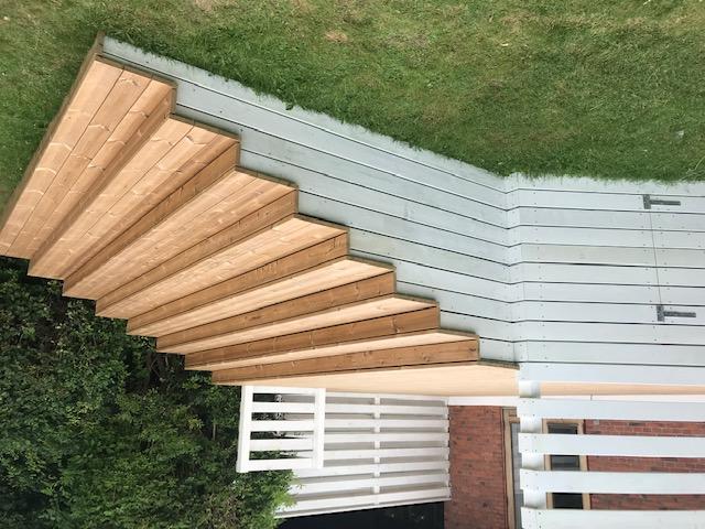 Trætrappe ved hævet træterrasse